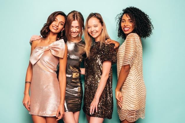 트렌디한 여름 반짝 드레스를 입은 4명의 젊은 국제 아름다운 갈색 머리 여성.