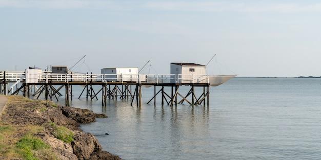 Fouras村の大西洋岸にある歴史的な釣り小屋