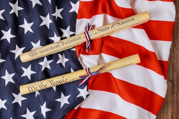 独立記念日。白地に米国旗が付いた独立宣言羊皮紙ロール文書。
