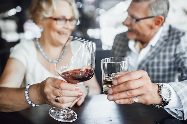 Fous в красном вине на террасе летом. милая пара, бокалы, образ жизни.