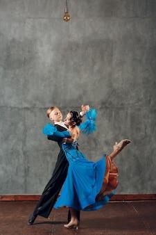 폭스트롯 볼룸댄스. 스튜디오에서 춤을 추는 젊은 부부.