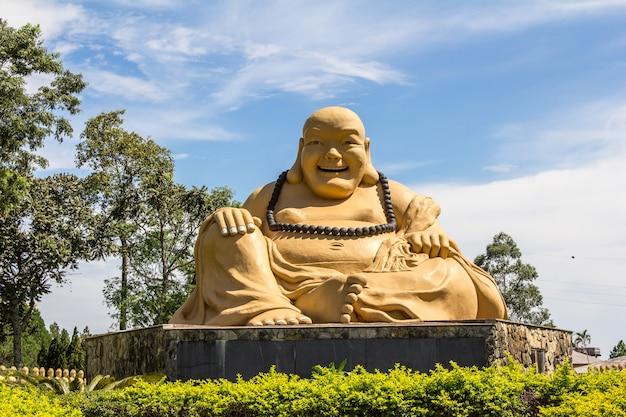 Статуя будды в буддийском храме. foz do iguacu, бразилия.