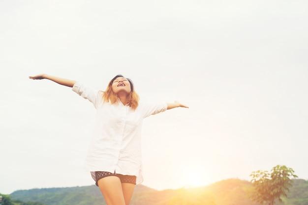 起床後に腕を上げ立って美しい女性が、frで楽しみます