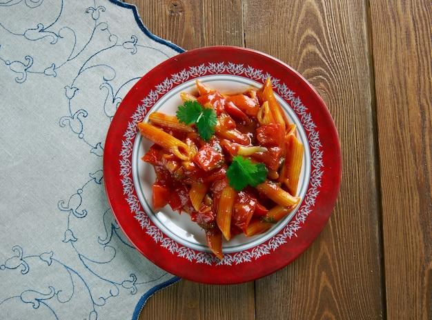 フラディアボロソースとペンネパスタ。トマトベースで、スパイスに唐辛子を使用。イタリア系アメリカ料理