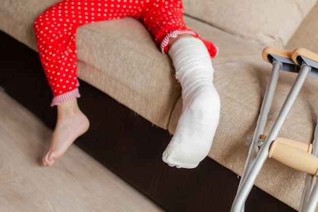 깁스와 목발을 든 10대 소녀 환자의 발목 뼈 골절