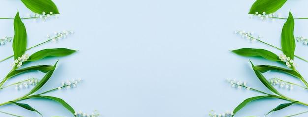 Хрупкие нежные лесные ландыши с зелеными листьями
