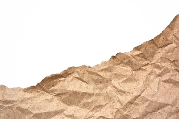 Фрагмент мятой крафт-бумаги, изолированные на белом фоне