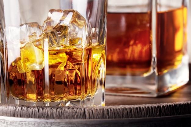 破片ガラスとウイスキーのデカンター