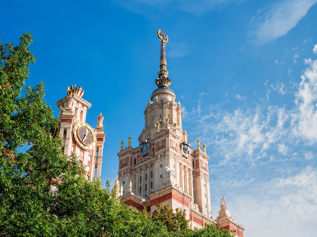 尖塔のある建物の断片、青い空を背景にモスクワの州立大学