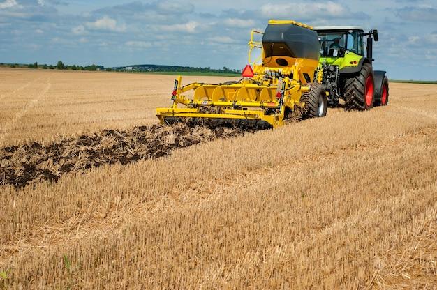 Фрагмент дискового культиватора, система обработки почвы в работе с бункером для удобрений в поле