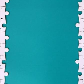 접힌 흰색 직소 퍼즐의 조각