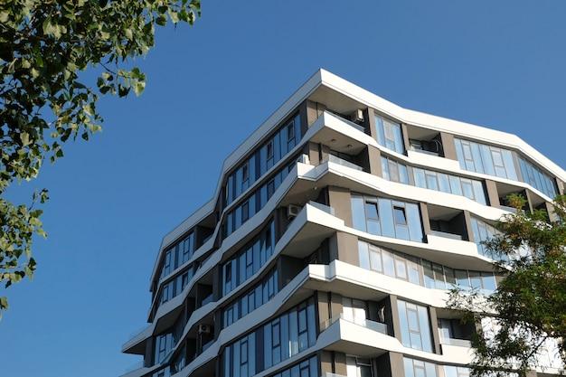 青い空を背景に近代的な建物の断片。不動産。