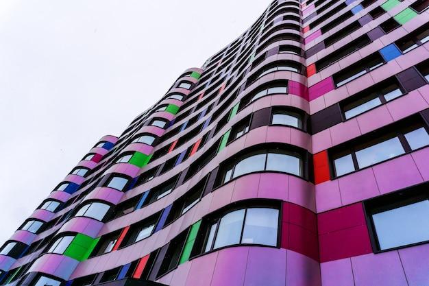 モダンな建物の色とりどりのファサードの断片