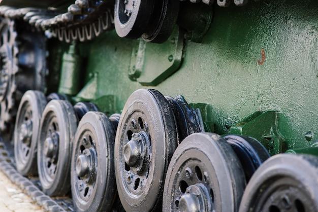 녹색 위장 탱크에서 추적 된 트랙의 조각. 프리미엄 사진