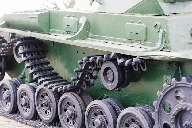 녹색 위장 탱크에서 추적 된 트랙의 조각.
