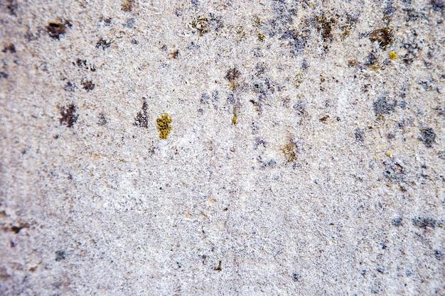 부서진 돌로 만든 벽 조각. 돌 질감. 돌 타일 바닥 포장 조각 오래 된 바위의 질감입니다. 공간을 복사하십시오.