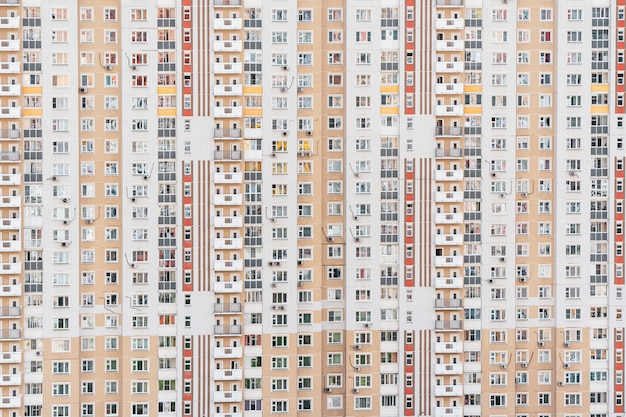 多階建てのアパートの建物の窓のある壁の断片