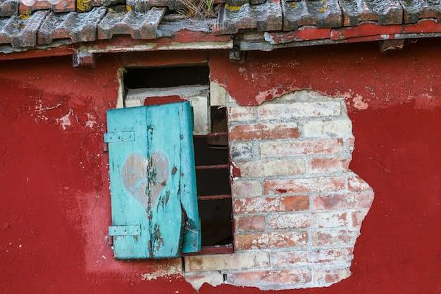 이탈리아 투스카니 들판에 버려진 집 조각