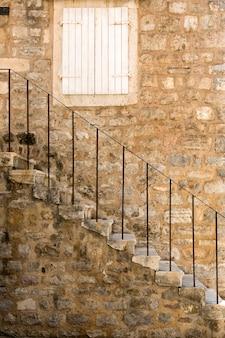 モンテネグロ、ブドヴァの旧市街にある階段のある古代の建物の断片