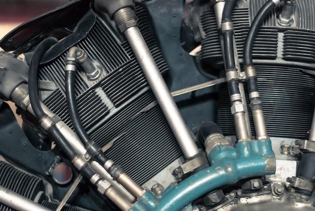 Фрагмент радиального поршневого двигателя самолета, частично размытый фон