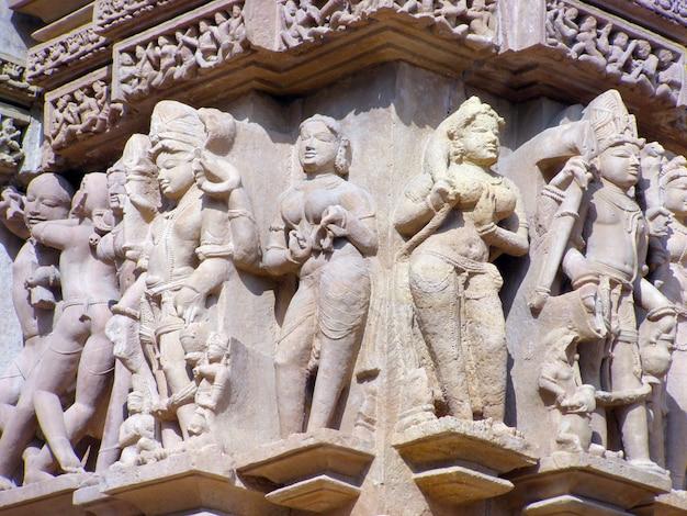 インドのカジュラホの有名なエロティックな寺院で古代のレリーフの断片