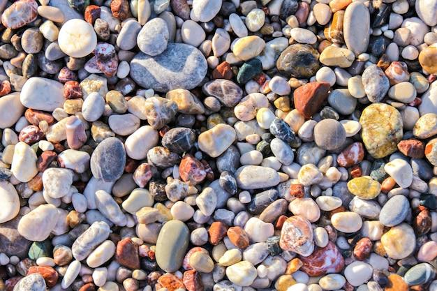 背景としてのカラフルな砂利の断片
