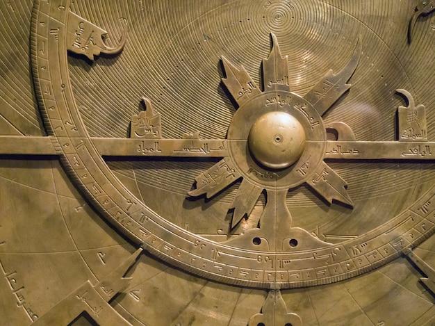 고대 페르시아의 복잡한 천문 장치 조각