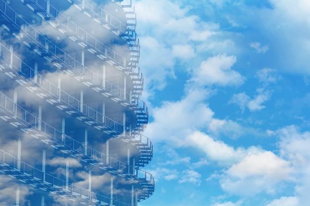 雲と青空を背景にコンクリートの金属構造物の断片