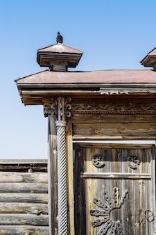 カントリーエステートの古い彫刻が施された木製の門の断片。ロシア、チェリャビンスク地方