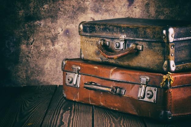 Фрагмент старых кожаных чемоданов на деревянный стол