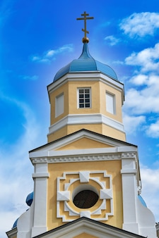 Фрагмент колокольни христианского храма с синей крышей
