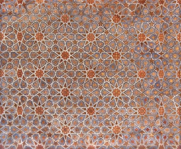 イスファハンのチェヘルソトゥーン宮殿の幾何学模様の天井の断片。 Premium写真