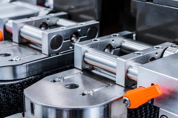 의약품 라벨링 기계의 컨베이어 조각. 추상 산업 배경입니다.