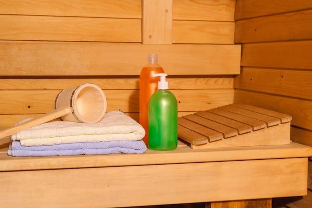 Фрагмент интерьера небольшой современной русской бани с некоторыми банными принадлежностями