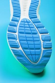 파란색 운동화 클로즈업의 발바닥 조각