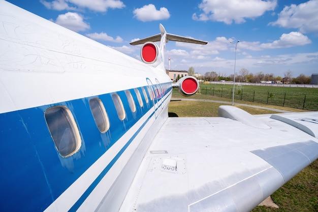 ジェット旅客機の翼と胴体の断片