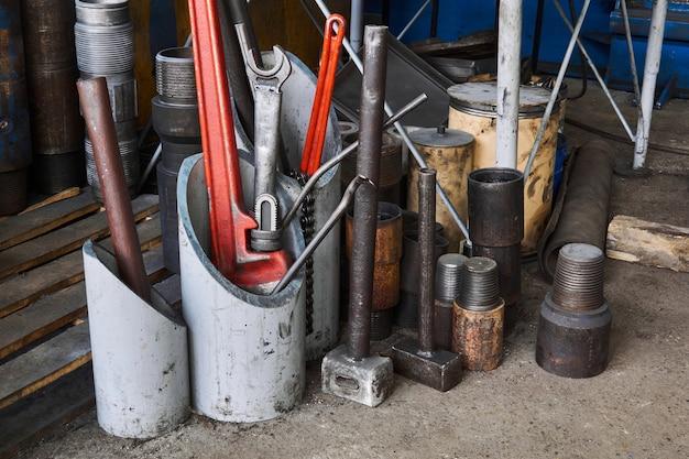드릴링 장비 및 다양한 도구의 세부 사항이 있는 작업장 내부 조각