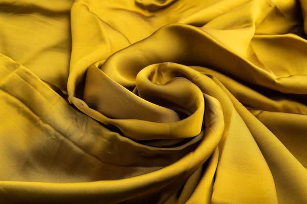 黄色と緑色のティッシュの断片