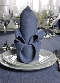 花ナプキンで飾られたフラグメントテーブルセッティング