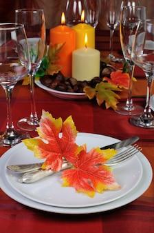 가을 색의 조각 테이블 설정