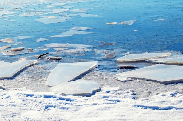 晴天時の川の近くの氷の破片