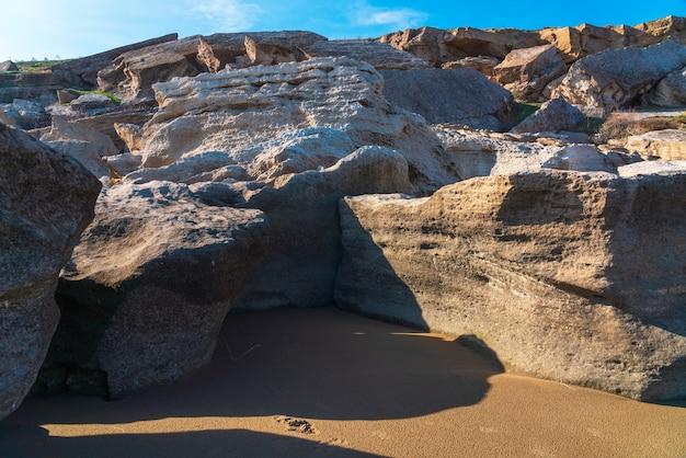 海岸の岩の破片