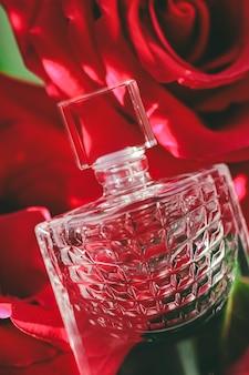 フレッシュフローラルの香りの香水を贅沢なギフトビューティーフラットレイの背景と化粧品として使用したフレグランス...