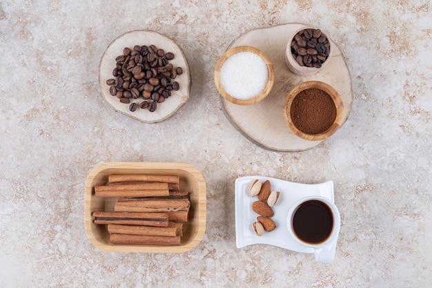 Disposizione fragrante con cannella, caffè, zucchero e noci
