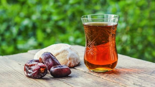 庭の木製テーブルに香りのよい紅茶