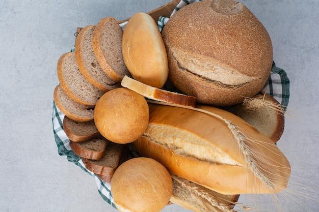大理石の表面のバスケットの香りのよいパン
