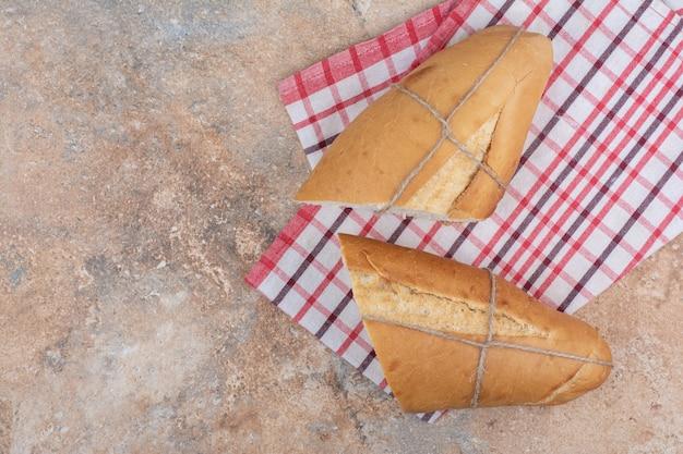 Pane profumato con tovaglia su sfondo marmo