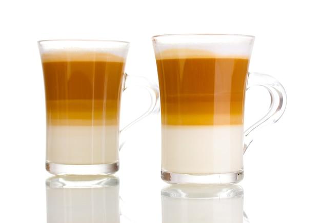 白のガラスカップの香りのよいコーヒーラテ