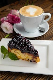 茶色の木製のテーブルに香りのよいフレンチペストリーデザート