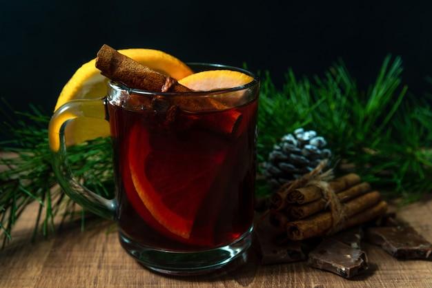 クリスマスの休日の背景に、ガラスのマグカップに香り高いホット ワイン。
